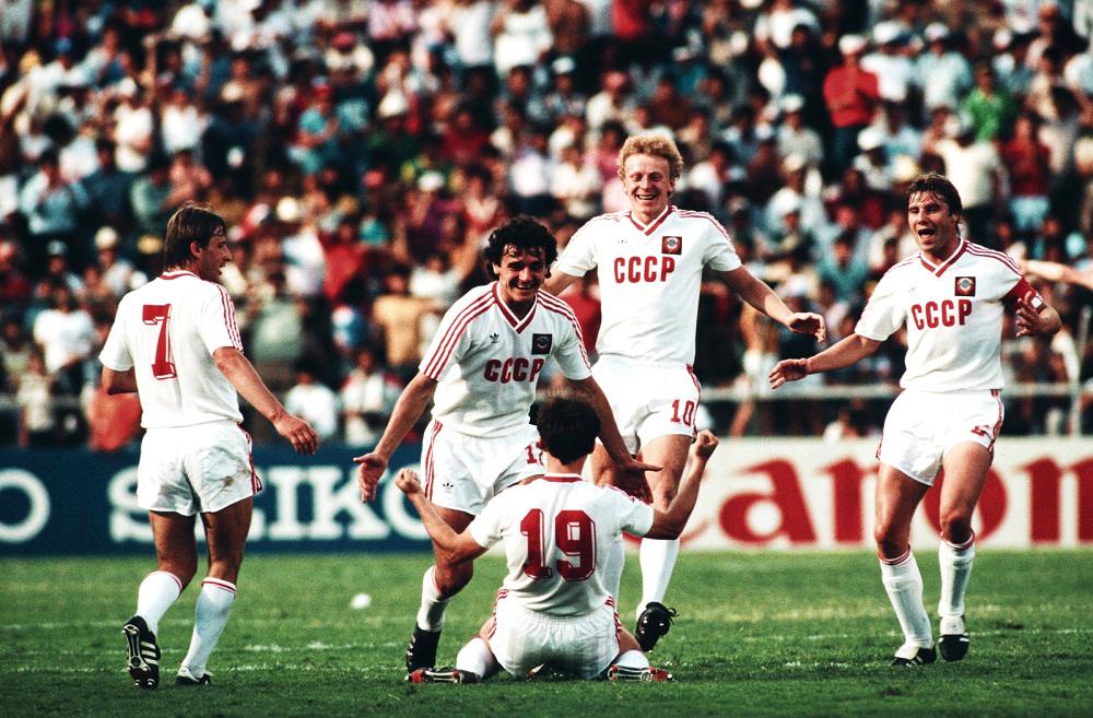 Dall'Est all'Ovest: Storia dei campioni del calcio comunista oltre la Cortina diFerro